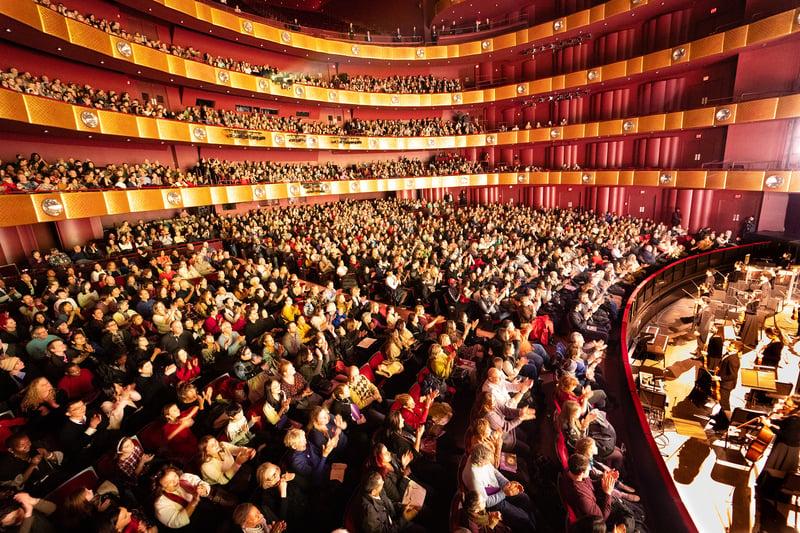神韻紐約藝術團在紐約林肯中心大衛寇克劇院的演出,連續14場爆滿加座。(戴兵/大紀元)