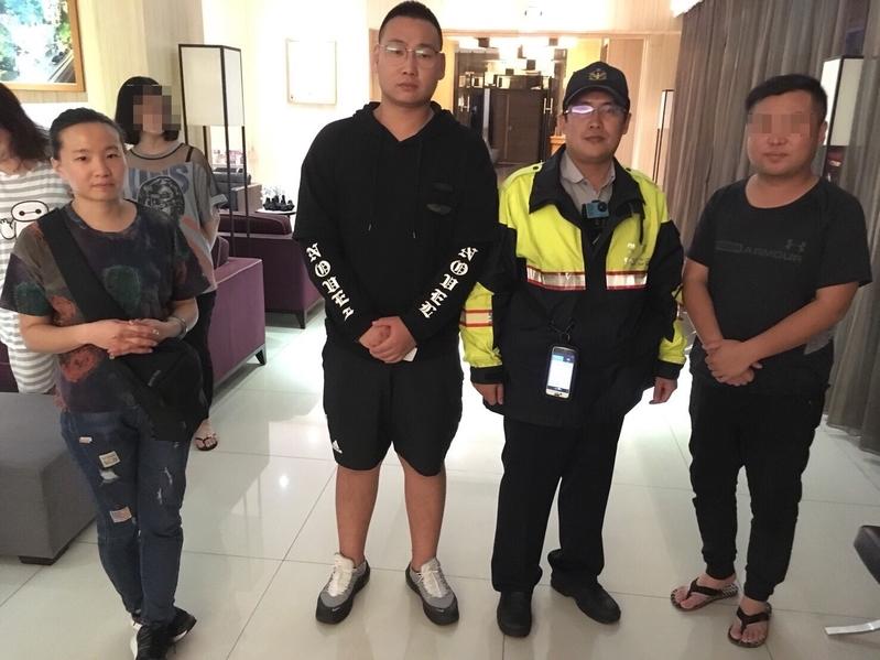台灣台中市政府警察局第二分局永興派出所警員日前協助陸客夫妻倆找回失物。(永興派出所提供)