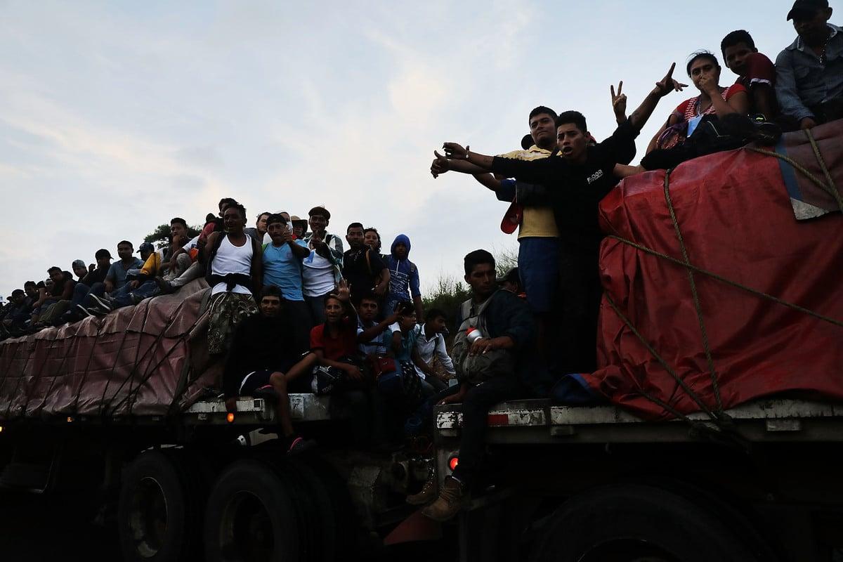 中美洲大篷車車隊於2018年11月2日黎明時分到達墨西哥的Matias Romero,大部份人仍決定北上,以合法身份進入美國。 (Spencer Platt/Getty Images)