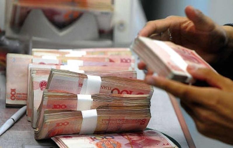 面對人民幣貶值的壓力,中國富豪們紛紛把資金轉移到海外。(AFP)