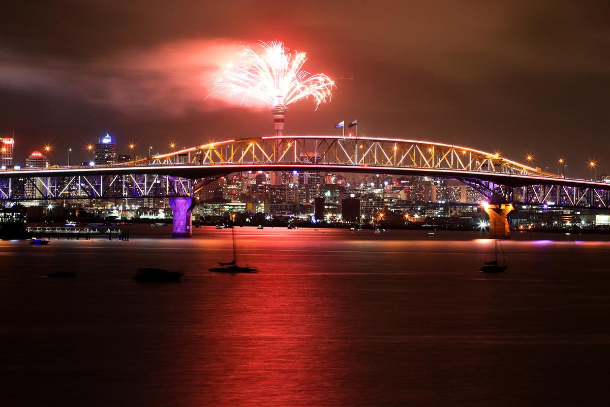 紐西蘭是最早迎來2019年的國家。伴隨著新年零點鐘聲倒計時結束,最大城市奧克蘭的天空塔(Sky Tower)綻放出絢爛的煙火。圖為天空塔的跨年煙火秀。(Phil Walter/Getty Images for ATEED)