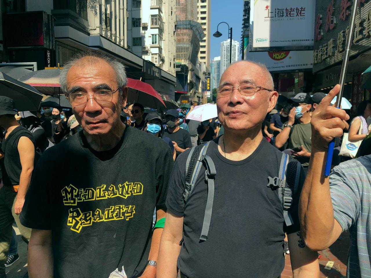 香港著名作家、前藝發局文學組主席寒山碧(右)和《起錨》系列的作者黃東漢(左)。(香港大紀元提供)