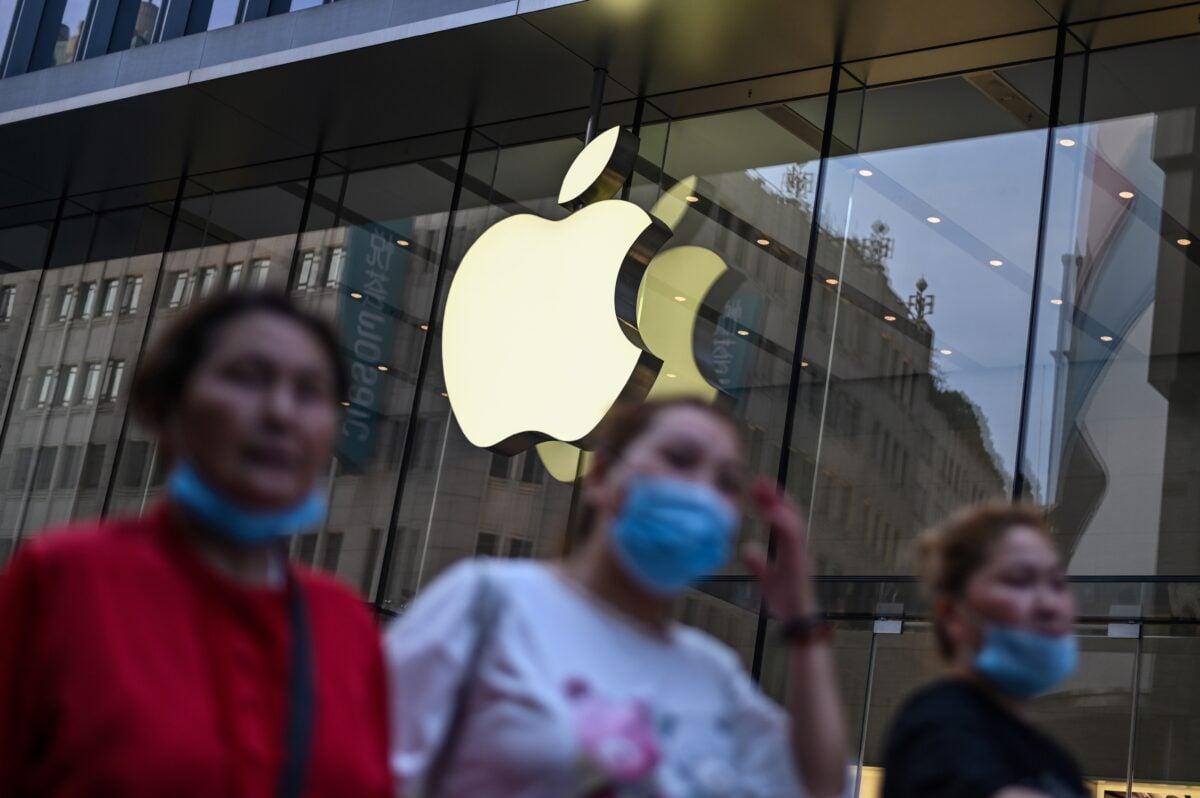2020年6月2日,行人走過上海的一家蘋果店。 (HECTOR RETAMAL/AFP via Getty Images)\