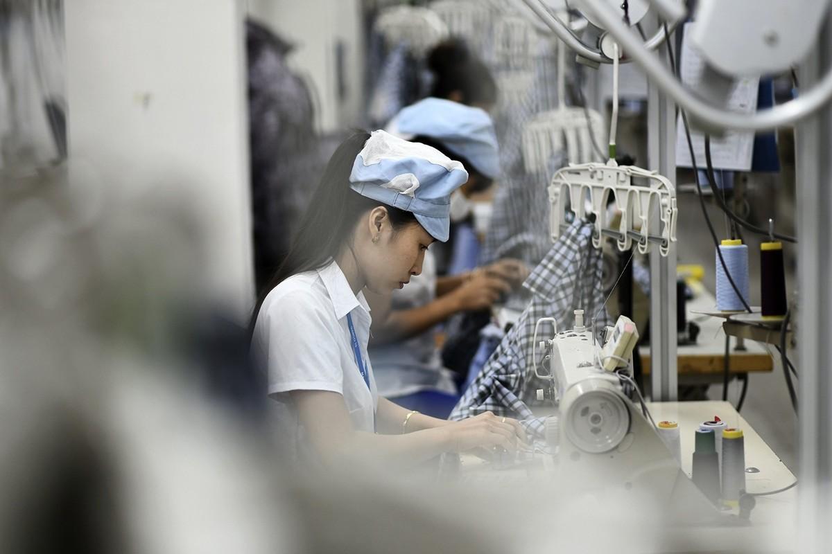 雖然中共鼓勵一些重工業走出去以緩解國內產能過剩,但中共並不希望看到大面積的製造業轉移,而貿易戰正加速這一趨勢。圖為越南境內的一處服裝廠。(MANAN VATSYAYANA/AFP/Getty Images)