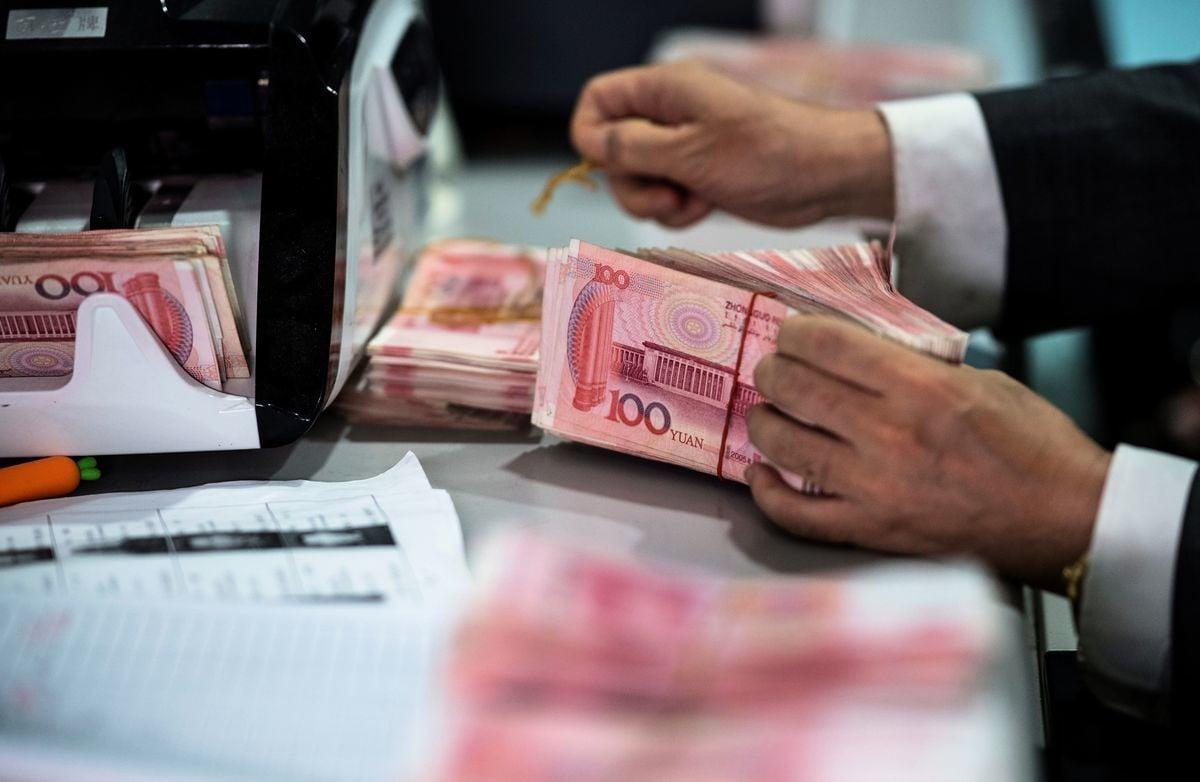 在中共央行在設定人民幣每日中間價的操作中恢復「逆周期因子」之後,人民幣兌美元周一(8月27日)收盤達到4周最高點,阻止了創紀錄的連續十周的下滑。(JOHANNES EISELE/AFP/Getty Images)