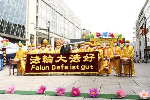 5月8日,在慶祝活動現場戛勒先生與腰鼓隊隊員合照留念。(曹工/大紀元)