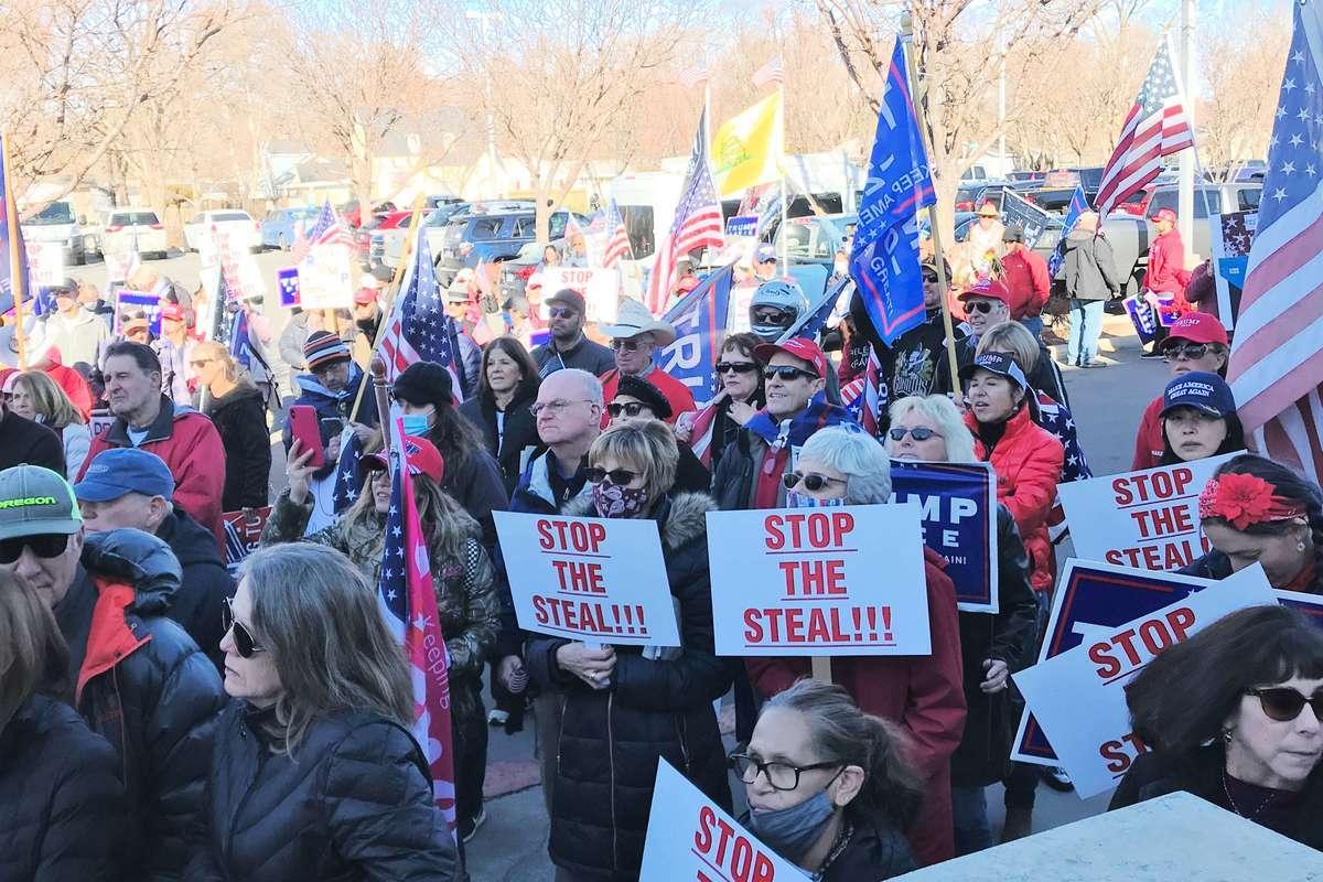 2020年12月3日,內華達州卡森(Carson)市法院舉行大選欺詐聽證會,許多民眾在法院外集會支持特朗普,要求公平選舉。(曹景哲/大紀元)