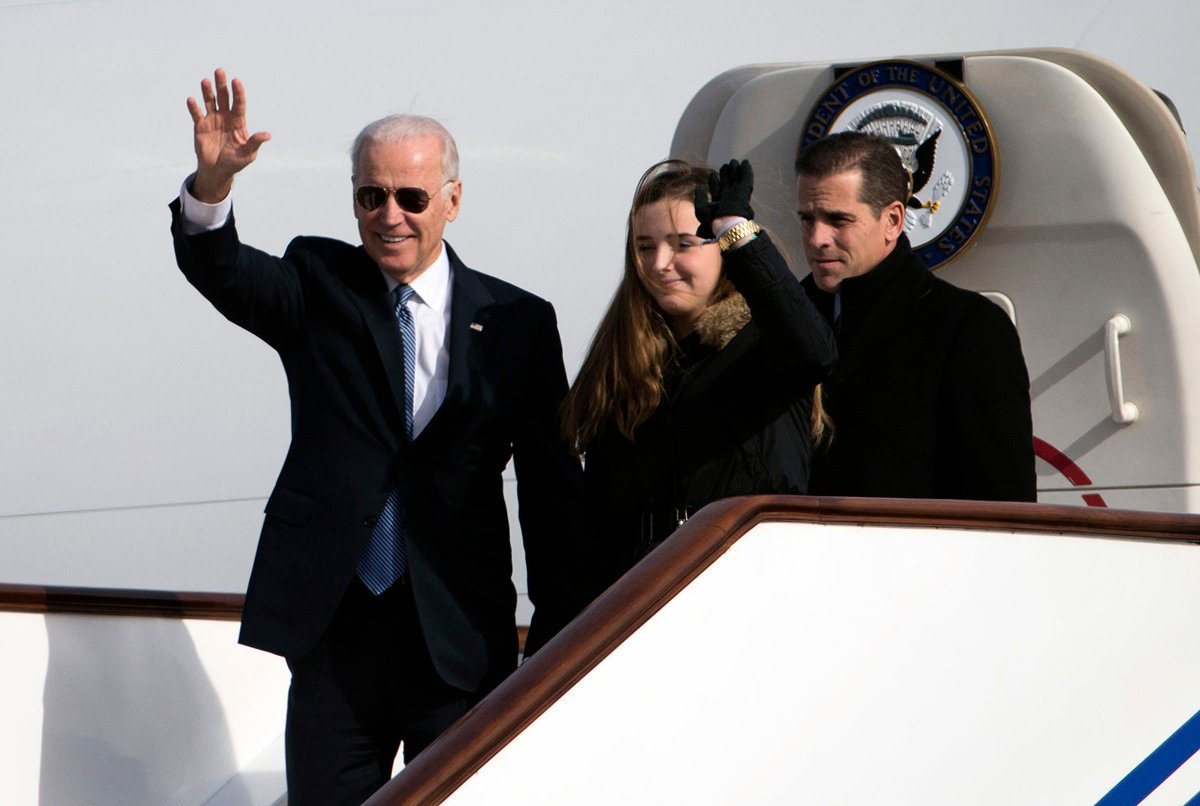 2013年12月4日,時為美國副總統的喬·拜登(Joe Biden)(左)及其兒子亨特·拜登(Hunter Biden)(右)和孫女前去北京訪問,步下「空軍二號」。(NG HAN GUAN/POOL/AFP)