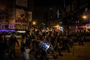 香港青年責問:你們的良心呢? 遭港警追打