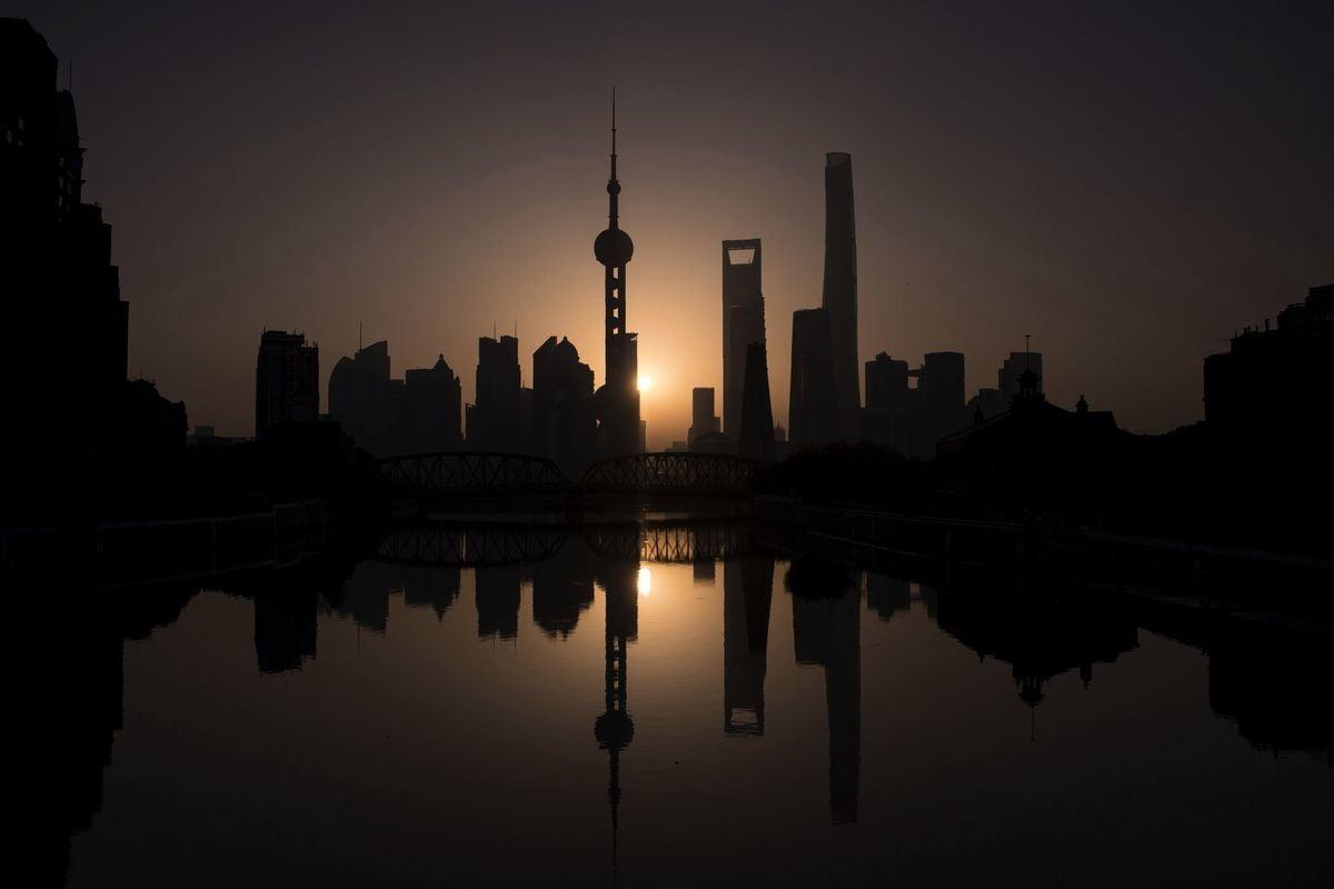 圖為2016年11月11日上海市浦東新區陸家嘴金融貿易區的天際線。(JOHANNES EISELE/AFP via Getty Images)