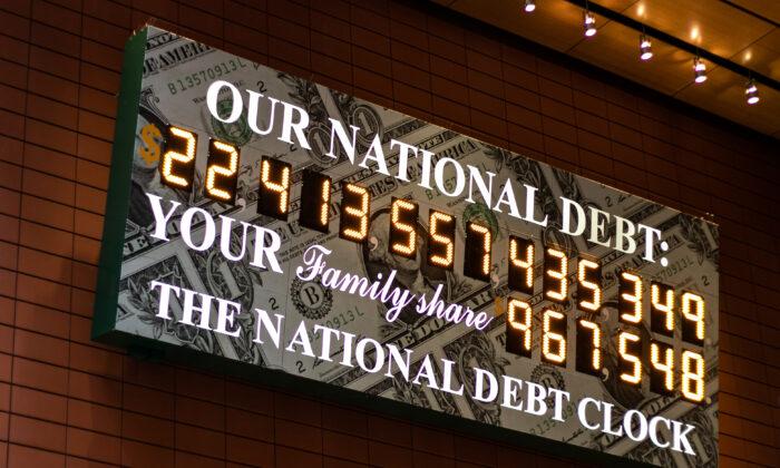 2020年2月11日美國紐約曼哈頓中城區43街的美國國債顯示器。(Chung I Ho/The Epoch Times)