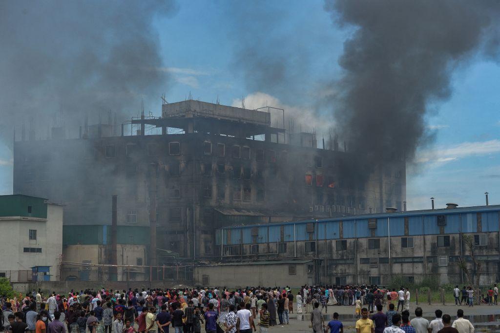孟加拉一食品飲料加工廠7月8日發生火災,造成至少52人死亡。(Photo by MUNIR UZ ZAMAN/AFP via Getty Images)