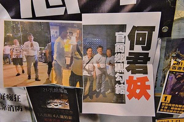 何君堯7月21日向元朗施暴的白衣人豎起大拇指、握手並讚對方是「英雄」,引發眾怒。圖為7月22日憤怒的市民在何君堯的議員辦事處門外貼海報抗議。(大紀元合成圖)