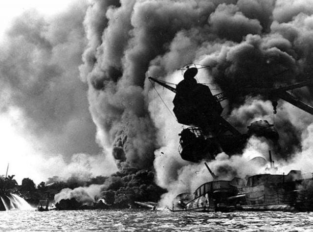 1941年12月7日,日本軍隊在2個小時內出動350餘架飛機偷襲美國在太平洋夏威夷群島上的重要的海軍基地珍珠港,炸沉炸傷美軍艦艇40餘艘,炸毀飛機200多架,擊傷美軍4000多人。美軍主力戰艦「亞利桑那」號被炸彈擊中沉沒,艦上1177名將士全部殉難。次日,美國正式對日宣戰,太平洋戰爭爆發。這是珍珠港事件發生時,美軍主力戰艦「亞利桑那」號被擊中後開始沉沒的情景。(AFP PHOTO/US NAVAL HISTORICAL CENTER)