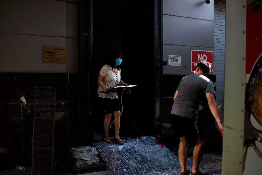 中共駐侯斯頓領事館人員正在搬東西,撤出領事館。(Mark Felix / AFP)(Photo by MARK FELIX/AFP /AFP via Getty Images)