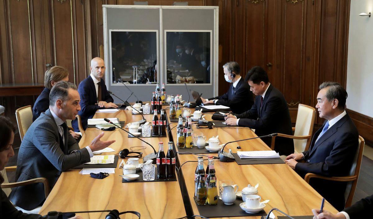 德國外長馬斯(左一)星期二(9月1日)與中共外長王毅(右一)會面。(MICHAEL SOHN/POOL/AFP via Getty Images)