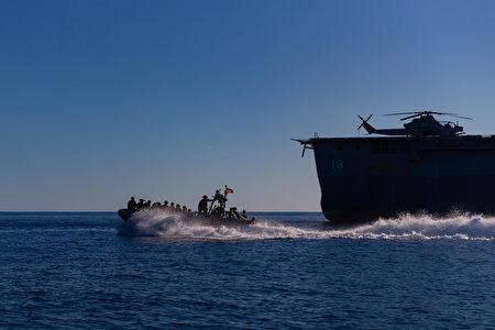 2021年7月20日,美澳大規模軍事演習「護身軍刀」(Talisman Sabre)期間,海軍陸戰隊員準備進行船隻突擊部隊訓練。(美國國防部網站)