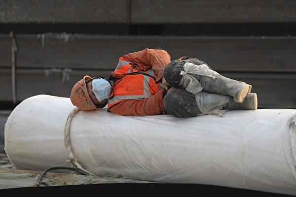 新型冠狀病毒疫情可能會加劇美國、甚至是世界與中國「脫鉤」的趨勢。圖為一名戴口罩的建築工人在休息。(Getty Images)