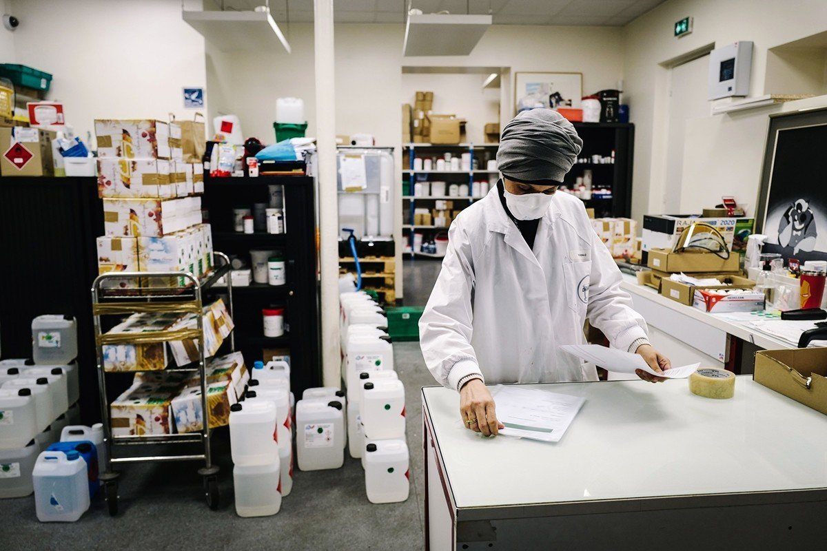 法國爆發中共肺炎疫情後,法國眾多大名牌集團把香水工廠轉為生產酒精乾洗手液。(LUCAS BARIOULET/AFP via Getty Images)