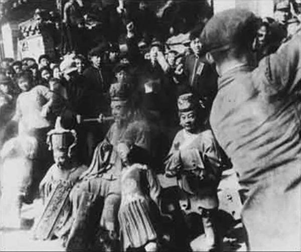 中共建政之初就已著手對道教進行鎮壓和控制,文化大革命「破四舊」更是一場浩劫,很多宮觀廟宇被焚燬破壞。(公有領域)