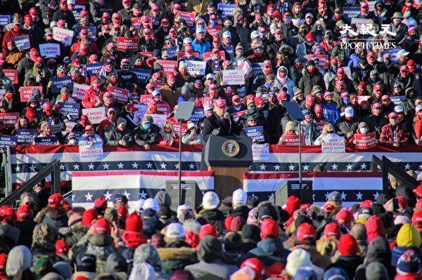 2020年11月2日大選前一日,特朗普總統(圖中發言者)在賓夕凡尼亞州的斯克蘭頓舉行造勢集會,數千人參與活動,現場氣氛熱烈。(黃小堂/大紀元)