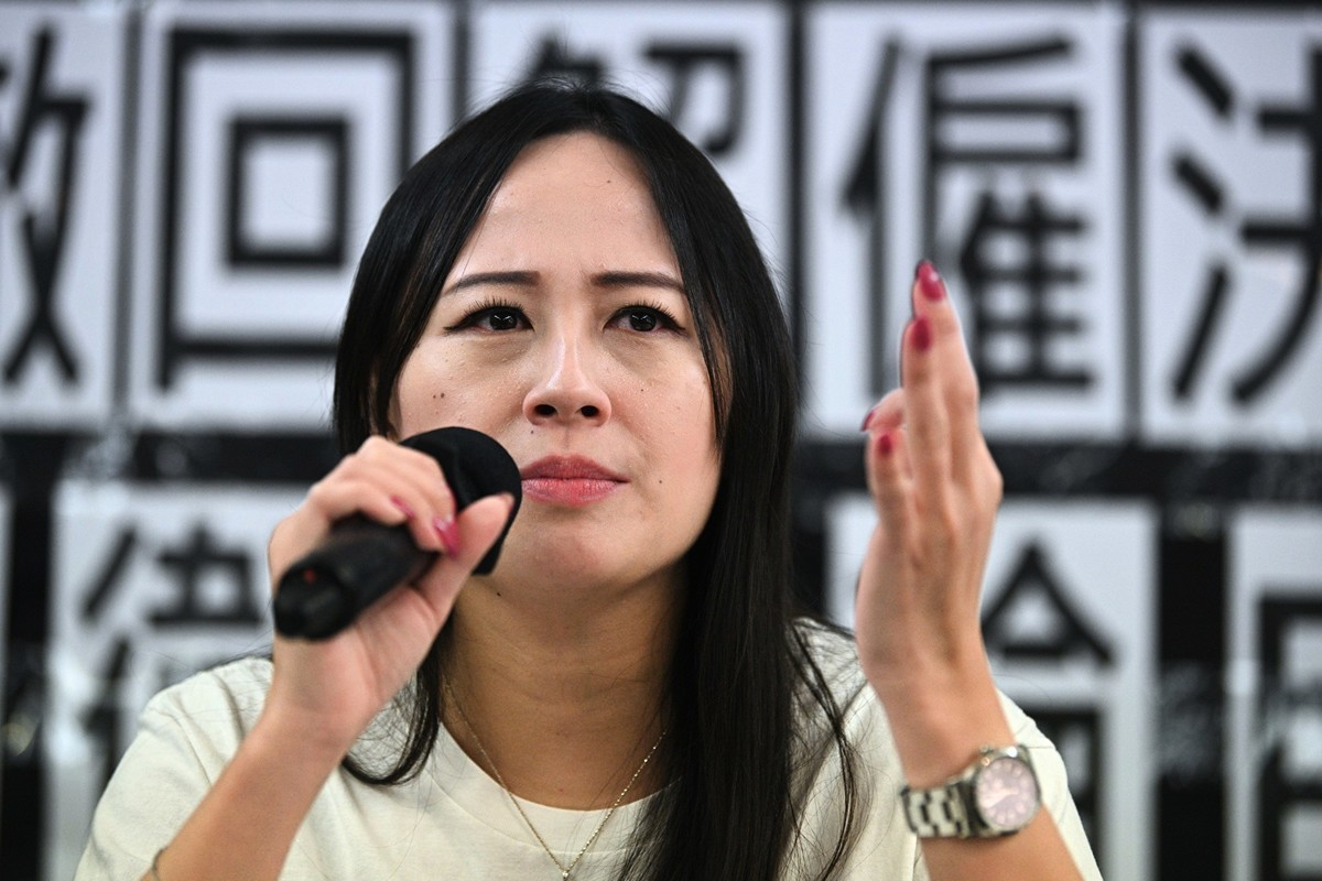 香港空勤人員工會9月30日督促國泰就解僱員工事件作出解釋。圖為國泰港龍航空工會主席施安娜8月23日就她被公司解僱作出回應。(Anthony WALLACE/AFP)