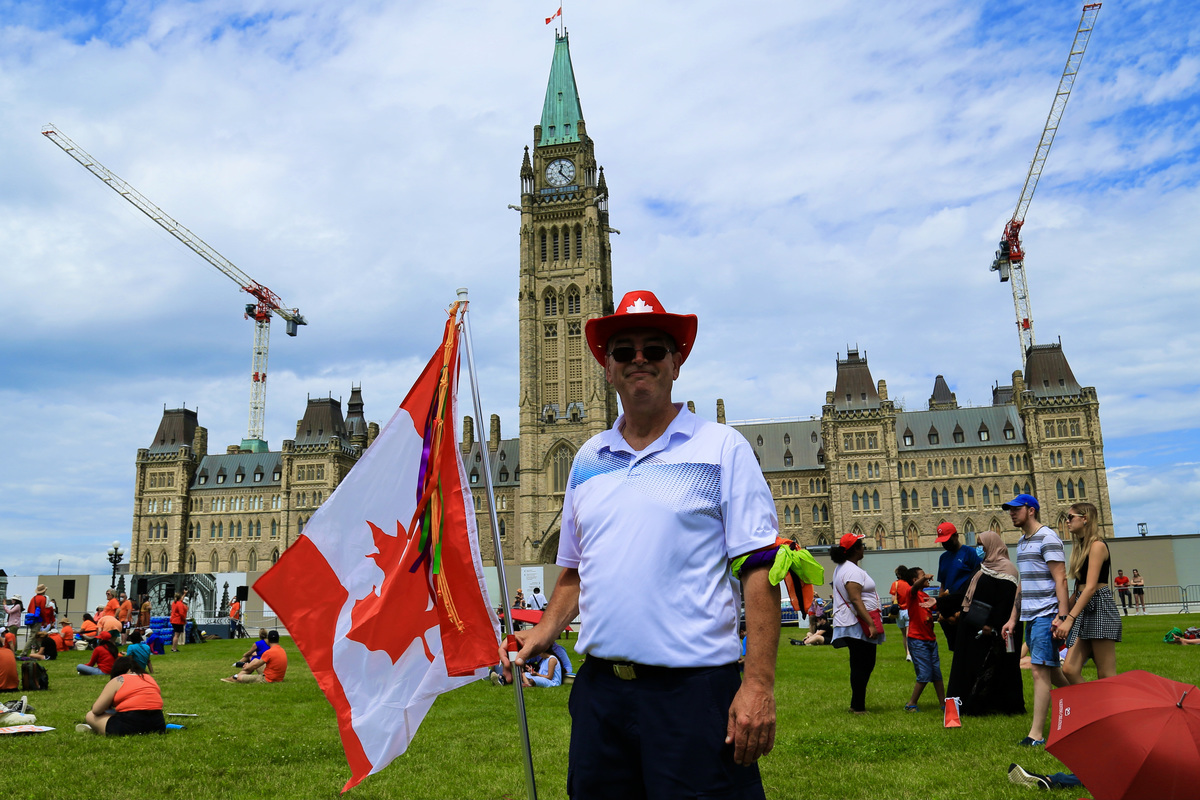 受疫情影響,慶祝國慶活動再次縮減或取消。但還是有加拿大人到國會山慶祝國慶。(任僑生/大紀元)