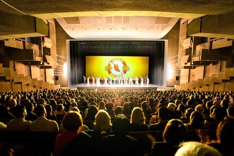 2019年12月20日晚,神韻環球藝術團在美國加州大學伯克利分校澤勒巴克館(Berkeley Zellerbach Hall)的第一場演出爆滿。(周容/大紀元)