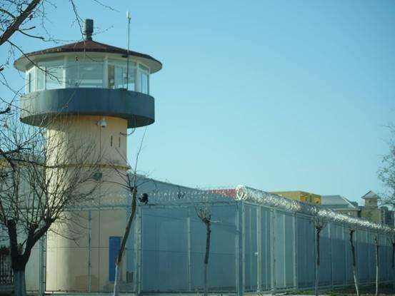 2020年3月,北京女子監獄外牆,高壓電網及崗樓。(大紀元)