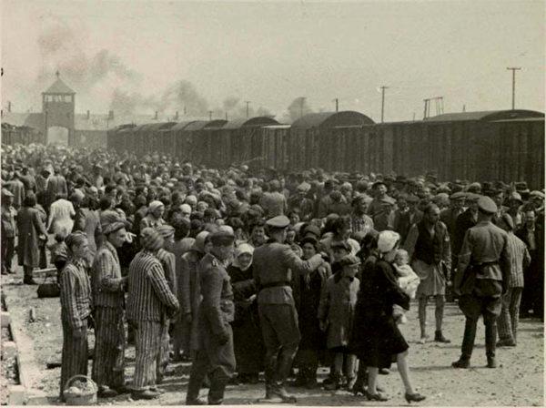 1944年6月,猶太人被納粹用火車運送到位於波蘭的奧斯維辛(Auschwitz)死亡集中營,一些人被送去服苦役,絕大部份被直接送往毒氣室。(維基百科/公共版權)