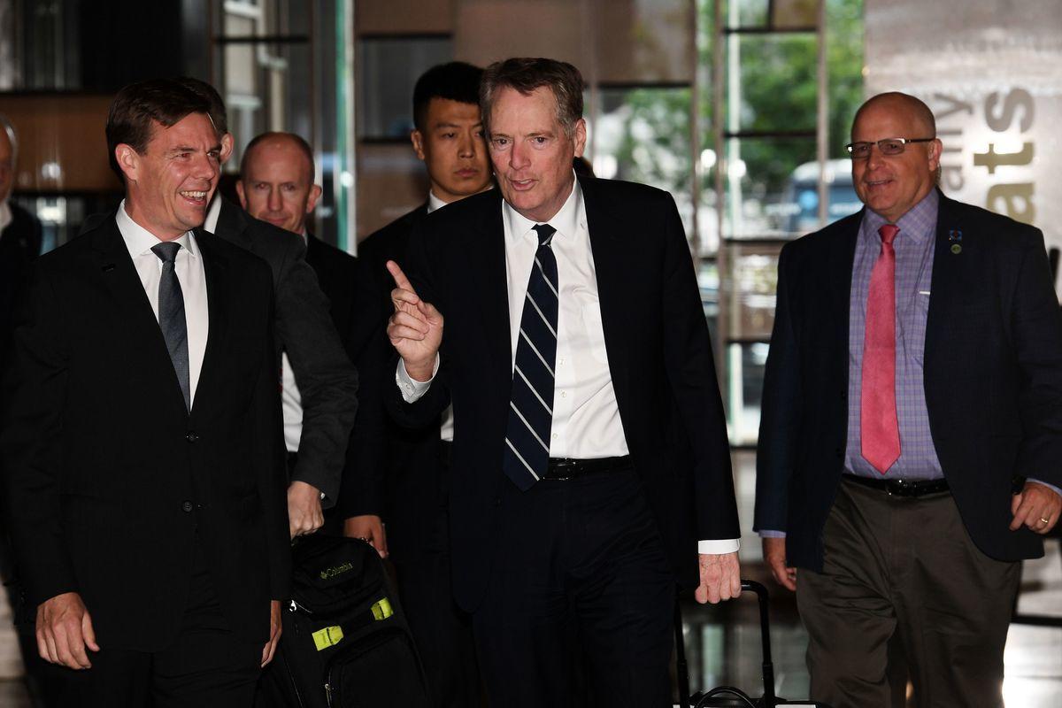 5月1日,美國貿易代表羅伯特・萊特希澤(中)和財長史蒂芬・姆欽在北京與劉鶴結束一輪談判。消息人士表示,談判在雲計算市場准入方面獲得進展,但在中共國家補貼方面分歧仍大,雙方如何處理關稅也沒有定論。(GREG BAKER/AFP/Getty Images)