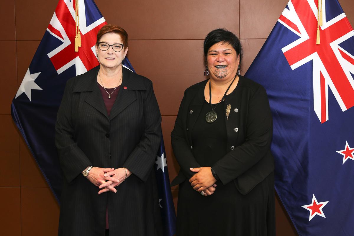 圖為2021年4月22日,澳洲外交部長馬里斯·佩恩(Marise Payne,左)和紐西蘭外交部長納奈亞·馬胡塔(Nanaia Mahuta,右)在紐西蘭威靈頓議會磋商會議上的合照。(Hagen Hopkins/Getty Images)