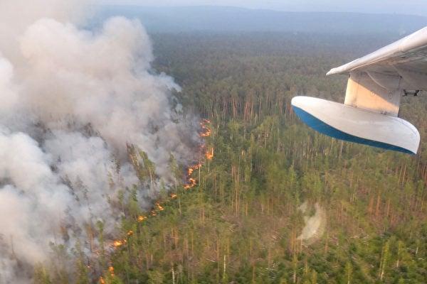 俄羅斯薩哈共和國發生多處野火,一直往北燒到北極圈內。圖為2019年7月30日,俄羅斯克拉斯諾亞爾斯克邊疆區(Krasnoyarsk Krai)的森林發生火災。這從飛機上拍攝的照片。(HO/press-service of Russia's Krasnoyarsk Krai's forestry ministry/AFP)