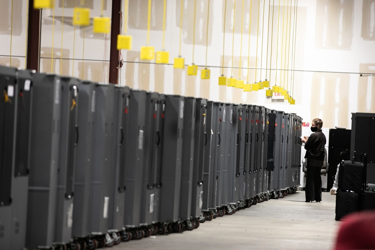 2020年11月4日,佐治亞州共和黨選舉觀察員檢視存放在佐治亞州亞特蘭大富爾頓縣選舉籌備中心的投票機運輸裝置。(Jessica McGowan/Getty Images)