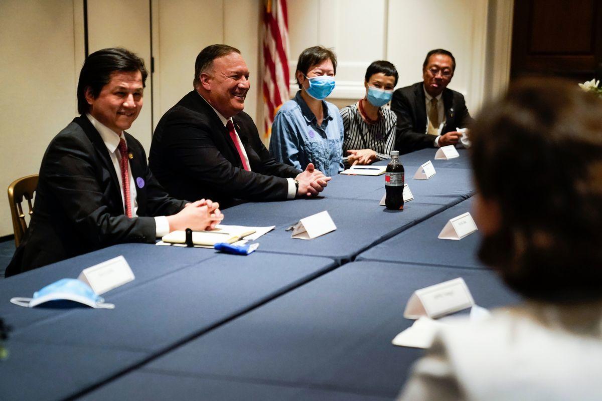 圖為美國國務卿麥克·蓬佩奧(Michael Pompeo,左二)2020年7月23日在加州的理查德·尼克遜總統圖書館發表對華演講後,接見部份中國異見人士。(ASHLEY LANDIS/POOL/AFP via Getty Images)