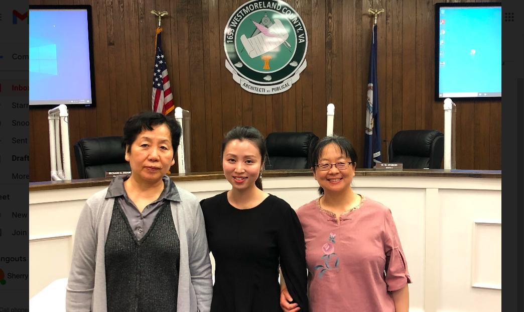 4月12日,三位維珍尼亞州居民、法輪功學員在威斯特摩蘭縣委員會會議上發言後留影。(法輪功學員提供)