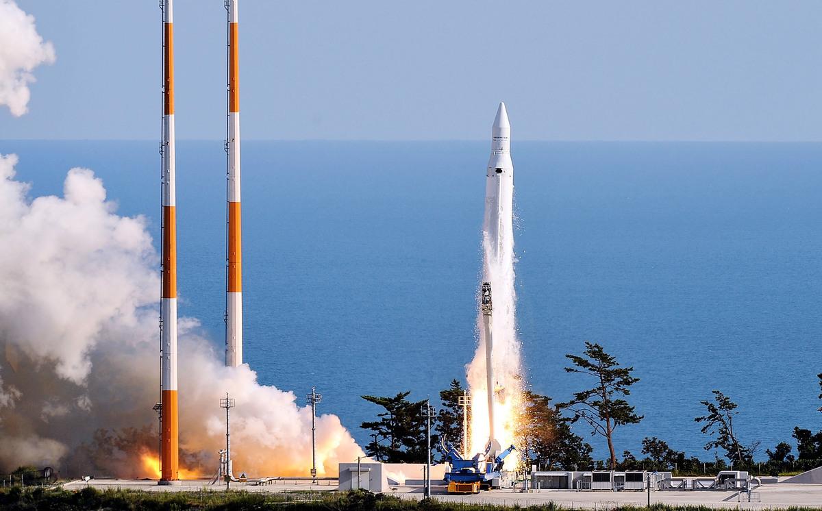 2009年8月25日,南韓首枚由「羅老」(Naro,又名KSLV-I)火箭運載的自行發射衛星從南韓高興郡的羅老航天中心發射升空。(Lee Seung-Hwan-pool/Getty Images)