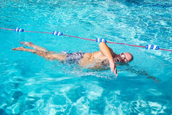 查理‧帕克畢生熱愛游泳。他計算到目前為止,他已經游超過6,000英里了。(John Fredricks/大紀元)