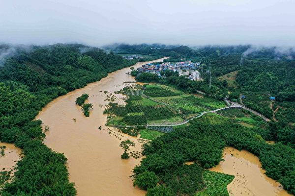 中國南方地區近期持續遭遇暴雨襲擊,多省發生洪澇災害。截至27日為止,已有逾千萬人受災,長江中下游有上千座水庫緊急洩洪。(STR/AFP via Getty Images)