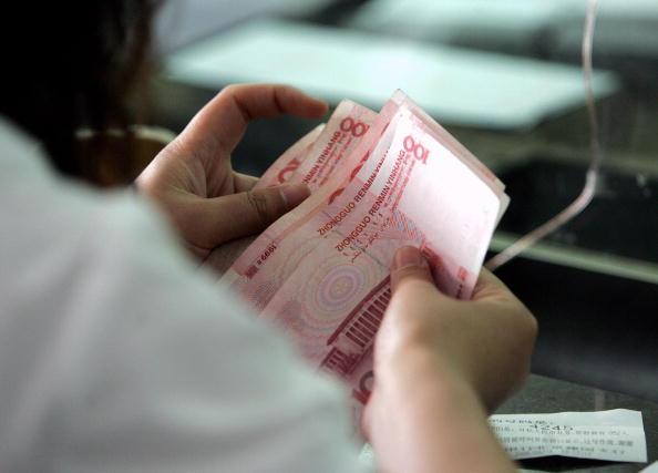 中共黨媒日前稱內需已成經濟增長的發動機。這一說法與現實的顯著差異,引發各界探討:中國人的錢,到底哪去了?(GOH CHAI HIN/AFP/Getty Images)