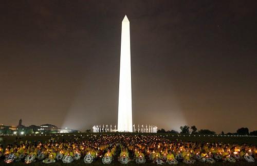 2006年7月21日,來自世界各地的約二千名法輪功學員,在華府華盛頓紀念碑下,舉行燭光悼念活動;悼念所有被中共迫害致死的法輪功學員,同時緊急呼籲全世界善良的人們,共同制止中共的迫害。(大紀元)