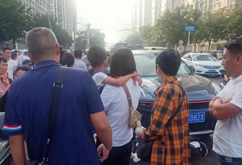 河南平頂山一越野車衝進人群 2名學生捲入車底