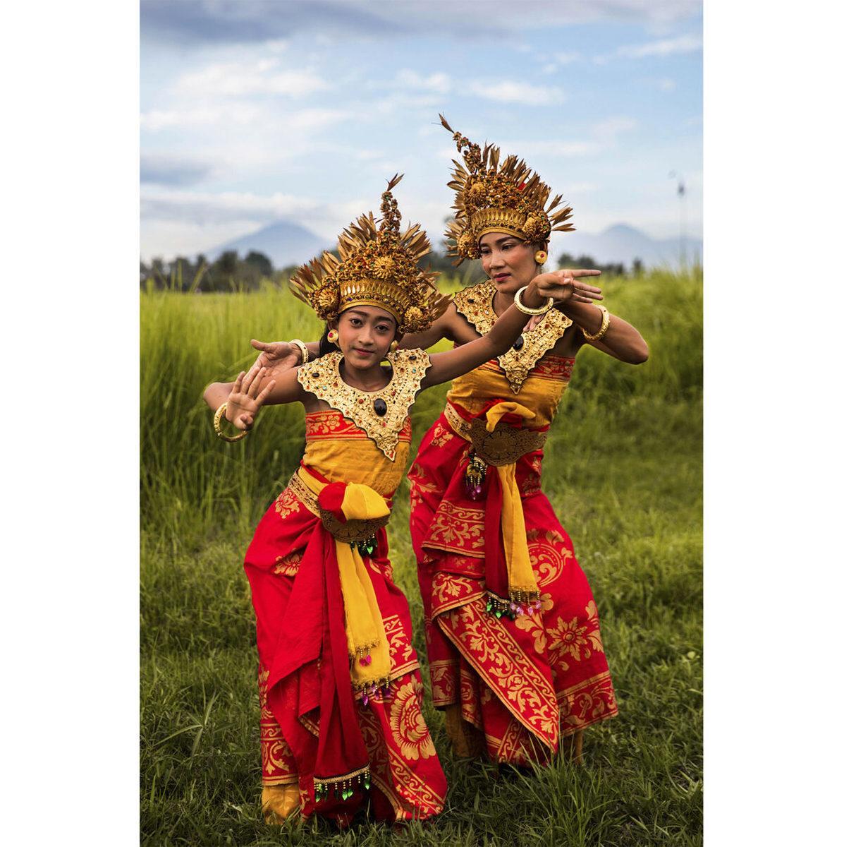 印度尼西亞峇里島的母親正在教她的女兒跳傳統舞蹈。(米哈艾拉提供)
