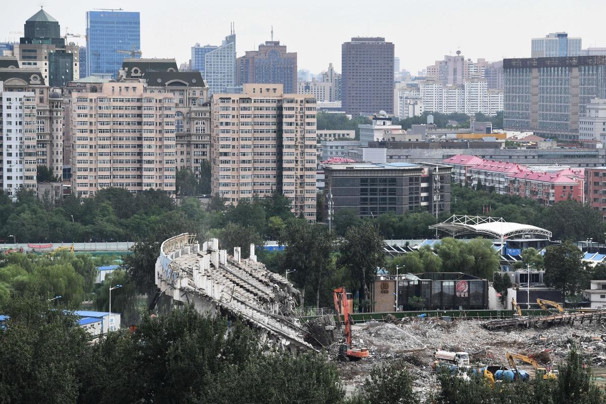 中共試圖擬定十四五規劃,但六隻攔路虎很難逾越。圖為被拆除的原北京工人體育館。(GREG BAKER/AFP via Getty Images)