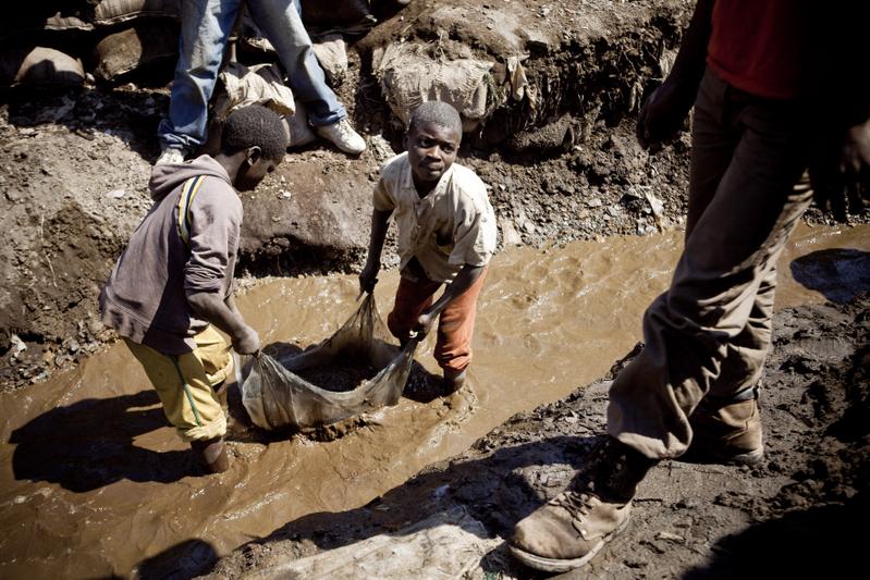 圖為在剛果礦坑工作的小童工。(GWENN DUBOURTHOUMIEU/AFP)