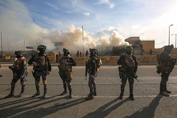 消息人士稱,在特朗普總統授權下,在伊拉克的美軍運用聯合部隊戰機,對伊朗支持的什葉派民兵多個基地發動多次攻擊。圖為2020年1月1日,示威者離開後,伊拉克安全部隊在巴格達美國大使館前進行保衛。(AHMAD AL-RUBAYE/AFP via Getty Images)