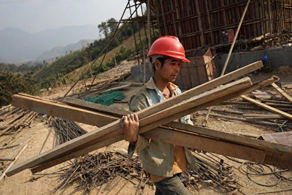 2020年2月8日,在老撾勃拉邦,一名中國工人在建設連接中國和老撾的第一條鐵路線。這是北京橫跨湄公河的「一帶一路」項目的關鍵部份。(Aidan Jones/AFP via Getty Images)