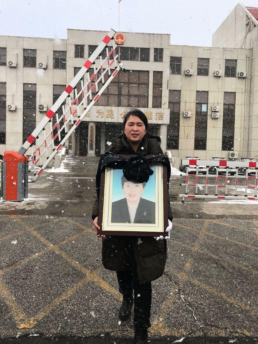 山東省龍口市訪民李寧的母親李淑蓮,2009年10月3日被截訪人員從北京截回居住地非法拘禁一個月後稱其「上吊自殺」。蓬萊法院12月28日對相關7名官方罪嫌當庭宣判。(受訪者提供)