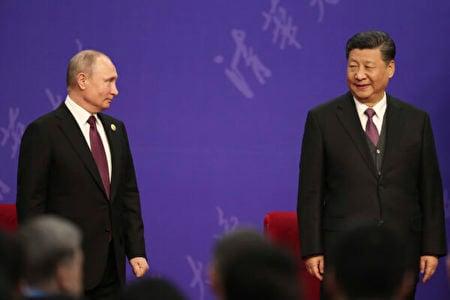 2019年4月26日,俄羅斯總統普京(左)和中國領導人習近平在北京友誼賓館,出席清華大學向普京授予名譽博士學位的儀式。(Kenzaburo Fukuhara/Pool/Getty Images)