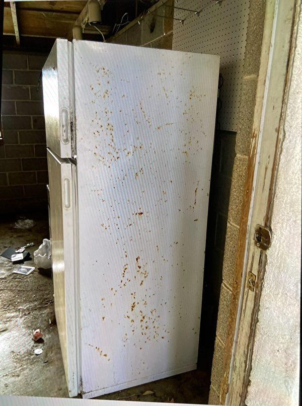 郭飛雄妻子、小孩在美國生活很艱辛,房東提供的雪櫃與閣樓很遠。(楊茂平提供)